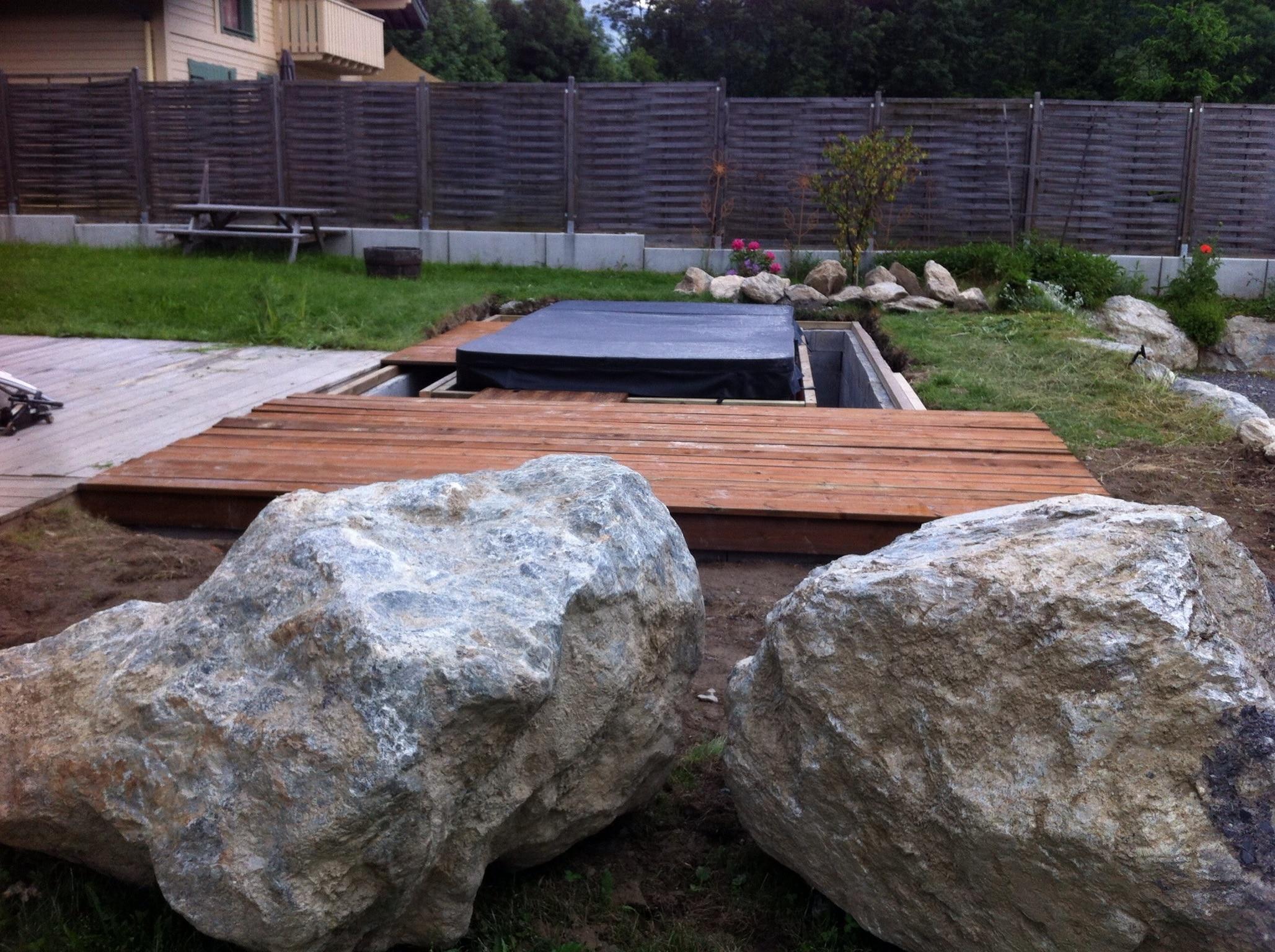 la terrasse autour du spa de nage se construit. Black Bedroom Furniture Sets. Home Design Ideas