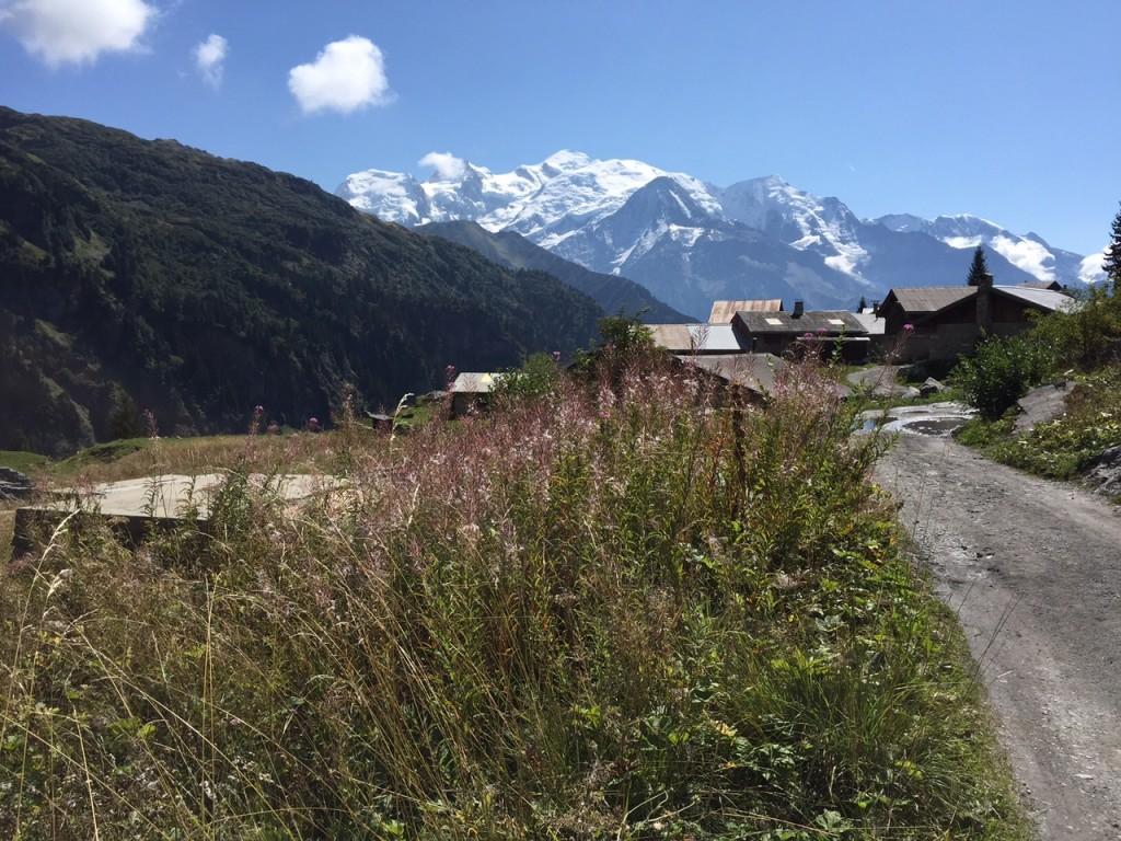Les chalets d'Ayère et le Mont Blanc en toile de , but de la promenade depuis Saint Gervais